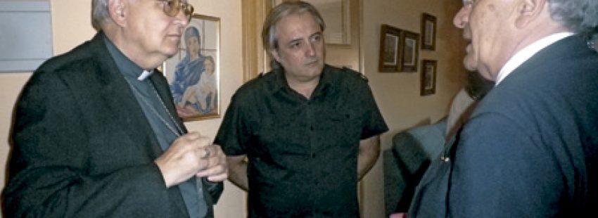 el obispo de León Julián López habla con Pedro Puente, fundador y presidente de ACCEM