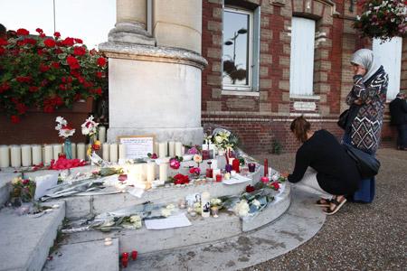 altar improvisado en la localidad de Rouen donde fue asesinado el cura Jaques Hamel en un ataque del ISIS 26 julio 2016