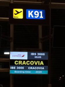 cartel de la puerta de embarque hacia Cracovia