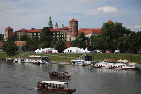 vista del castillo y fortaleza de Wawel, desde el río Vístula