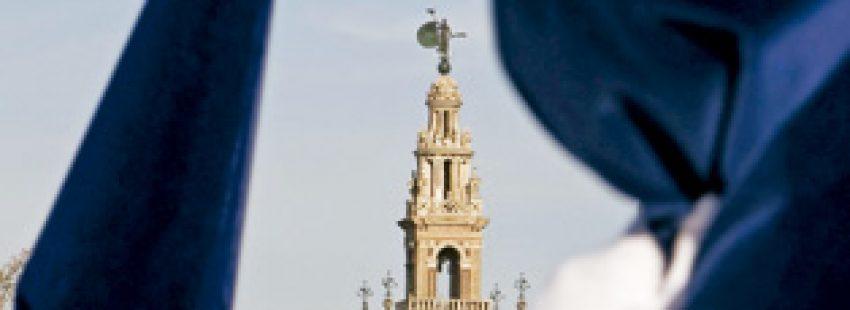 dos cofrades de hermandades en Sevilla, cerca de la Giralda