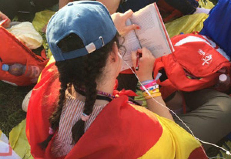joven peregrina española escucha las palabras del papa Francisco durante el vía crucis JMJ Cracovia 2016 29 julio 2016