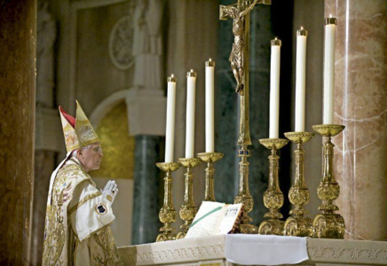 obispo celebra misa de espaldas según el rito litúrgico extraordinario en Estados Unidos