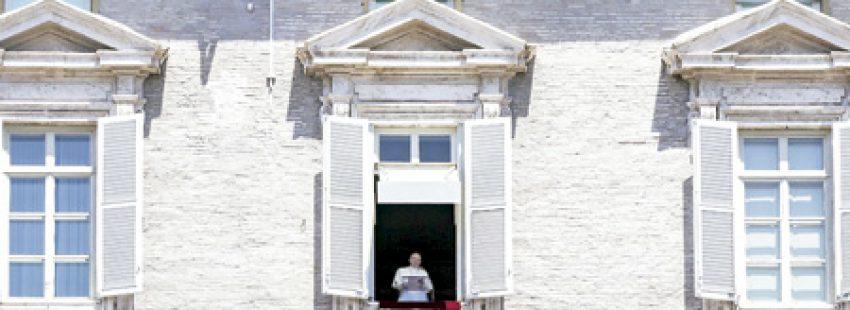 papa Francisco reza el ángelus desde el balcón el domingo 17 de julio rezando sobre Niza