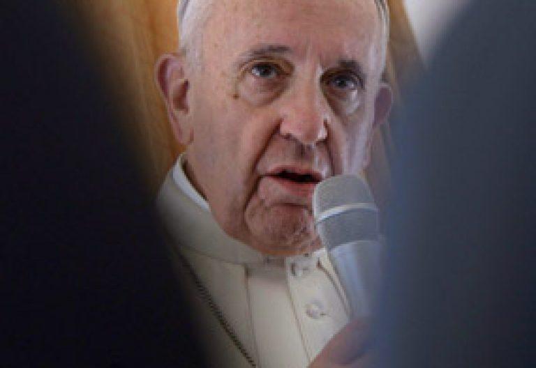 papa Francisco en el avión que le lleva de Roma a Cracovia Polonia JMJ 2016 26 julio