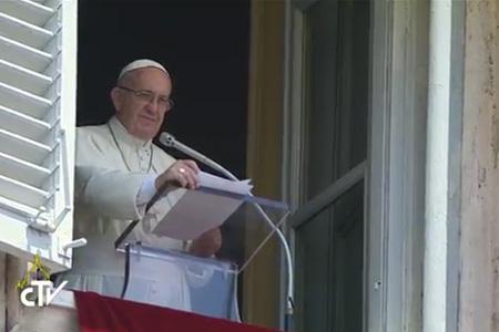 papa Francisco reza el angelus desde la Plaza de San Pedro del Vaticano 24 julio 2016