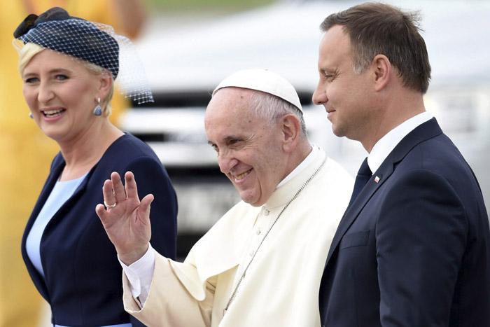 papa Francisco llega a Polonia JMJ Cracovia le recibe el presidente de la República Andrzej Duda y su mujer Agata Kornhauser