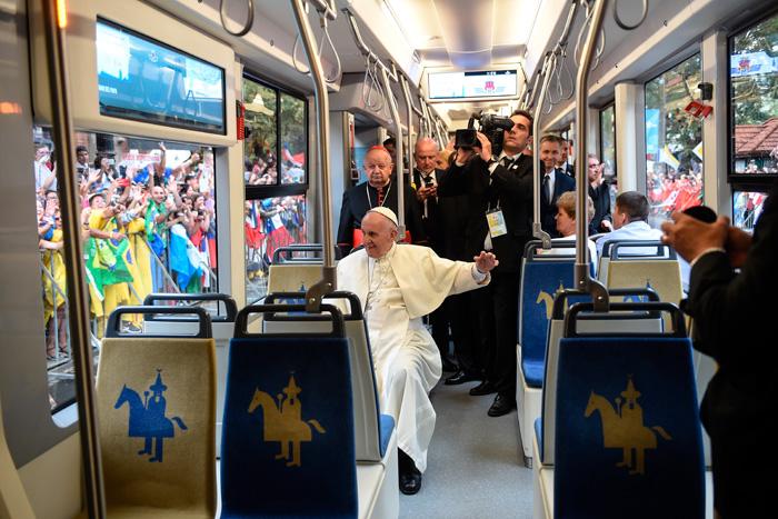 papa Francisco viaja en tranvía por Cracovia camino a ceremonia de acogida de los jóvenes Parque Jordan de Blonia JMJ Cracovia 2016 28 julio 2016