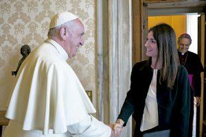 papa Francisco saluda a la nueva alcaldesa de Roma Virginia Raggi julio 2016