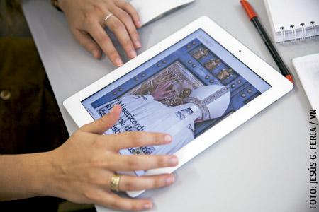 tableta iPad con la app de Revista Vida Nueva descargada