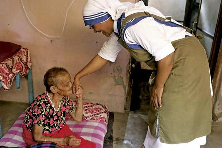misionera de la caridad con una anciana en Nepal