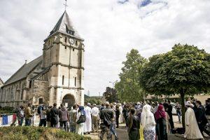 musulmanes y cristianos guardan un minuto de oración por el sacerdote francés Jaques Hamel asesinado por el ISIS en Normandía