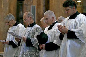 sacerdotes asisten a una misa celebrada por el rito extraordinario