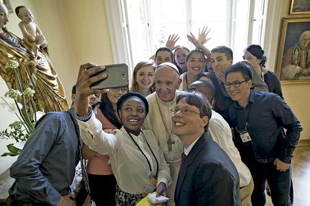 papa Francisco se hace un selfie con jóvenes con los que almorzó en la JMJ Cracovia 2016 30 julio 2016