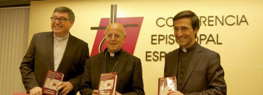cardenal Ricardo Blázquez con Carlos Granados, director de la BAC, y Juan Carlos García Domene, editor de los dos volúmenes que recogen documentos de la CEE 2001-2015 14 septiembre 2016
