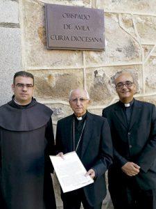 David Jiménez, prior del Convento de Santa Ana en Ávila, Jesús García Burillo obispo de Ávila y Jorge Zazo responsable diocesano del V Centenario de Santa Teresa