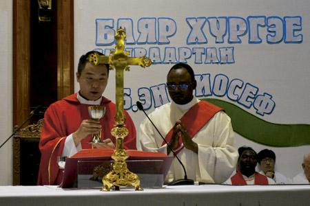 Enkh Baatar, primer sacerdote nativo en la historia de Mongolia ordenado en agosto 2016