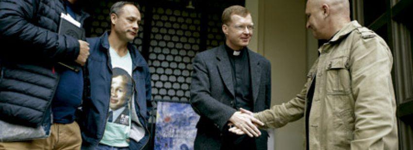 Hans Zollner, sacerdote presidente de la Comisión para la Protección de Menores, en una reunión con tres víctimas de abusos en marzo 2016