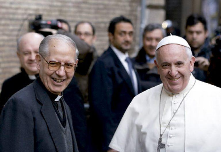 Adolfo Nicolás, prepósito general de la Compañía de Jesús, y papa Francisco, en Roma en 2014