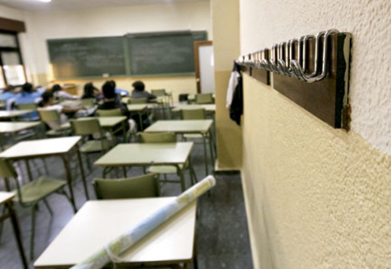 aula de escuela vacía con pocos alumnos españoles