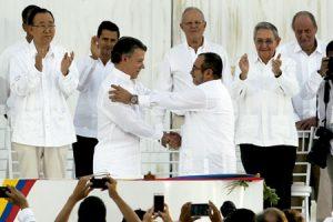 presidente Juan Manuel Santos y jefe de las FARC Rodrigo Londoño Timochenko firman los acuerdos de paz Colombia 26 septiembre 2016