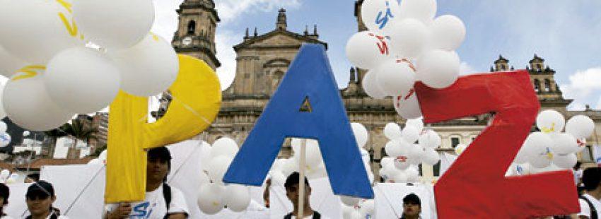 grupo de personas forman la palabra Paz frente a la catedral de Bogotá firma de acuerdos de paz Gobierno FARC Colombia 26 septiembre 2016