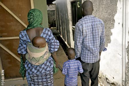 Rebeca y Bitrus, matrimonio con sus hijos de Nigeria que huyeron de Boko Haram y ahora están en un campo para desplazados de la Diócesis de Maiduguri