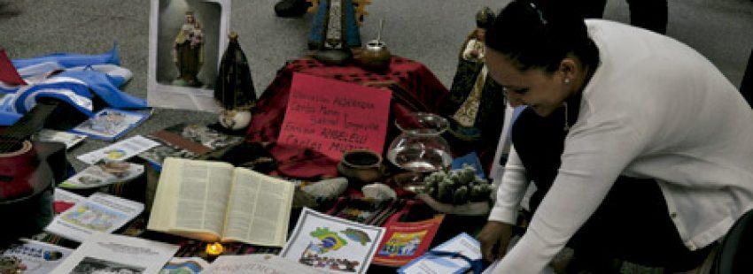 mujer en un encuentro de Comunidades Eclesiales de Base en América Latina prepara materiales para compartir por los participantes