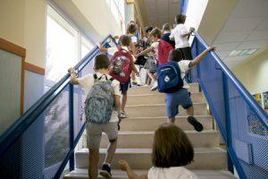 niños en el colegio alumnos de primaria subiendo escaleras en la escuela para ir a clase