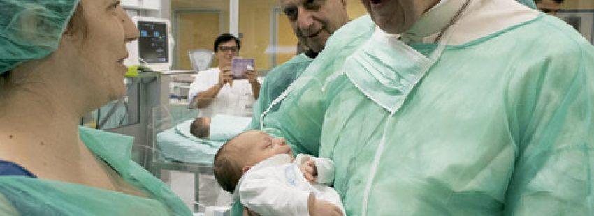 papa Francisco visita a bebés enfermos en un hospital Viernes de Misericordia 16 septiembre 2016
