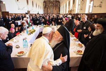 papa Francisco y Bartolomé I, patriarca ecuménico de Constantinopla, abrazo durante el almuerto del encuentro interreligioso en Asís Sed de Paz 20 septiembre 2016