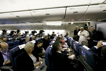 papa Francisco con periodistas en el avión papal en un viaje dando rueda de prensa