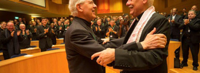 Arturo Sosa Abascal, nuevo superior general de los jesuitas, con el P. Adolfo Nicolás, al que sustituye al frente de la Compañía de Jesús