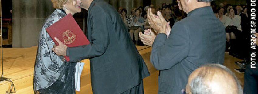 arzobispo de Barcelona Juan José Omella con Pilar Rahola durante el pregón del Domund 2016 15 octubre