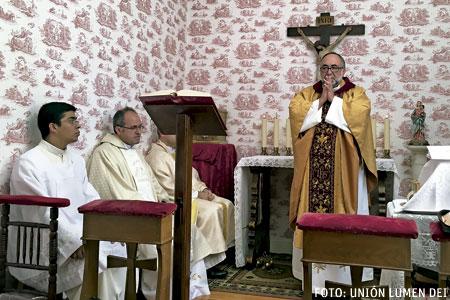 Jesús Sanz, arzobispo de Oviedo y comisario pontificio de Lumen Dei, celebra una eucaristía en Asturias con varios miembros