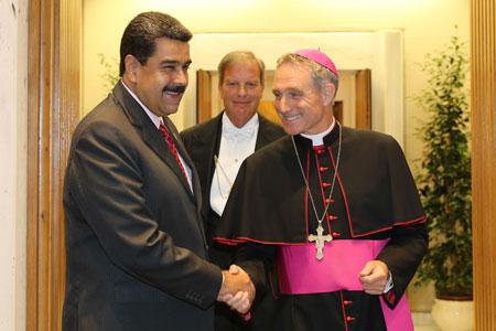 Nicolás Maduro, presidente de Venezuela, y Georg Ganswein, prefecto de la Casa Ponticia al llegar a audiencia privada con papa Francisco en el Vaticano 24 octubre 2016