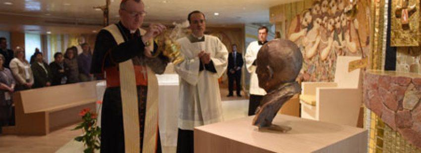 cardenal Pietro Parolin secretario de Estado vaticano bendice busto de Pablo VI en la sede de la Conferencia Episcopal Española 14 octubre 2016