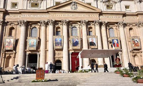Telares con las imágenes de los siete nuevos santos canonizados el 16 de octubre
