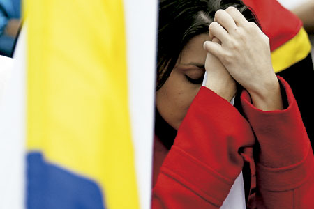 chica joven se lamenta tras el resultado del NO en el plebiscito de Colombia para ratificar el acuerdo Gobierno-FARC 2 octubre 2016