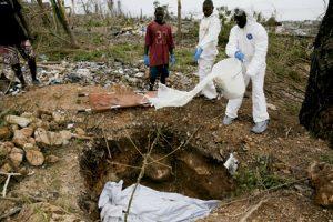grupo de personas entierran a víctimas mortales del huracán Matthew en Haití octubre 2016