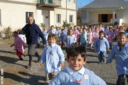 misionera monja católica en Albania con un grupo de niños escolares