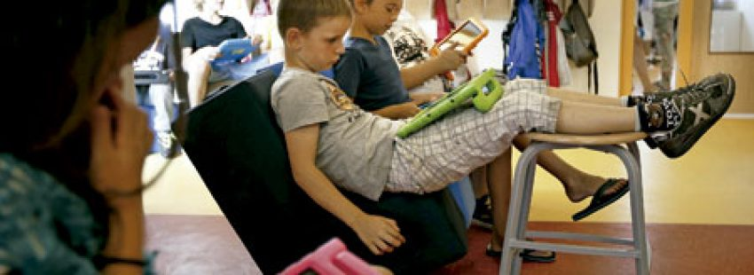 niños alumnos en la escuela en el aula digital con tabletas