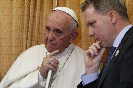 papa Francisco y Greg Burke, director de la Sala de Prensa vaticana, en la rueda de prensa en el avión papal de Azerbaiyán a Roma 2 octubre 2016
