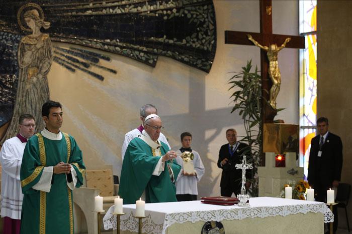 papa Francisco viaje visita Azerbaiyán durante la misa en la iglesia de la Inmaculada del Centro salesiano de Bakú 2 octubre 2016