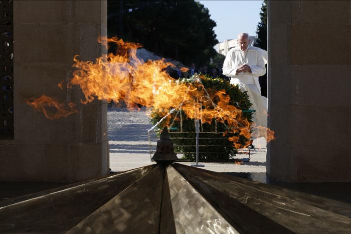 Francisco viaje visita Azerbaiyán ante el monumento a los caídos por la independencia de Azerbaiyán 2 octubre 2016