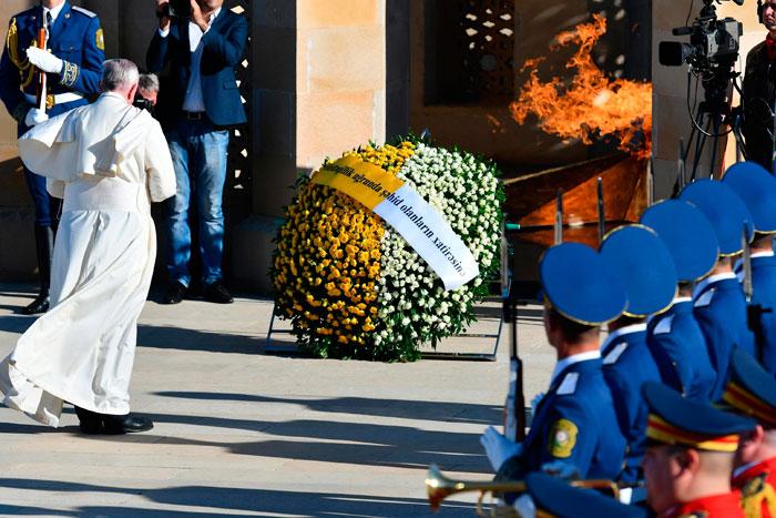 Francisco, ante el monumento a los caídos por la independencia de Azerbaiyán
