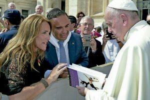 Susana Pradera y Josico Mata entregan al papa Francisco un ejemplar de Vivir en relación y no morir en el intento, libro de PPC