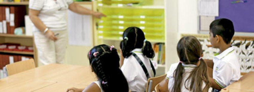 profesora en el aula dando clases a niños en una escuela concertada