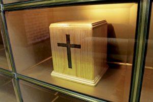 urna funeraria con cenizas de un difunto después de la incineración