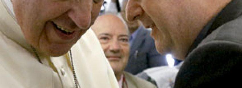 papa Francisco hablando con Antonio Spadaro, SJ, director de La Civiltà Cattolica